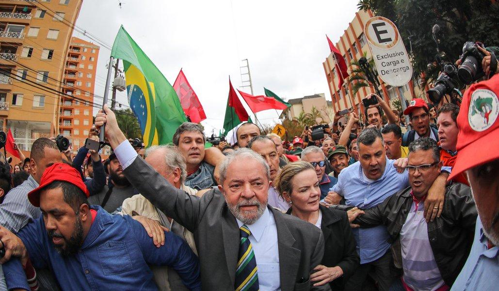 10/05/2017- Curitiba- PR, Brasil- O ex-presidente Lula é recebido por movimentos sociais ao chegar no prédio da Justiça Federal em Curitiba.