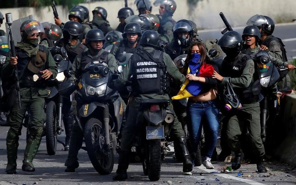 Confronto entre manifestante e policiais durante protesto contra o presidente da Venezuela, Nicolás Maduro, em Caracas 10/07/2017 REUTERS/Carlos Garcia Rawlins