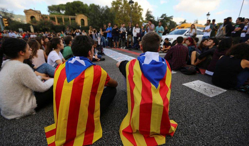 Estudantes vestem bandeira separatista da Catalunha durante protesto em Barcelona, Espanha 17/10/2017 REUTERS/Ivan Alvarado