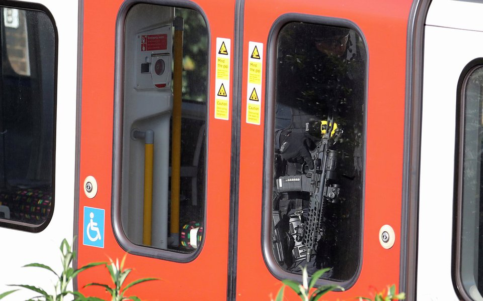 Agentes das forças de segurança dentro do metrô de Londres 15/09/2017 REUTERS/Hannah McKay