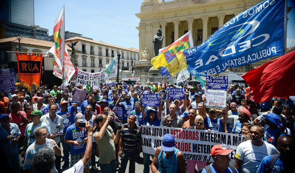 Rio de Janeiro - Manifestação de funcionários da Cedae termina em confronto com a Polícia Militar no centro da capital fluminense (Tomaz Silva/Agência Brasil)