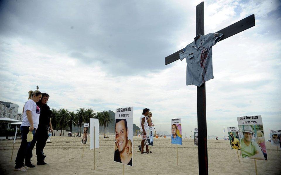 Rio de Janeiro - A ONG Rio da Paz faz ato público em memória dos PMs mortos em 2015. Fotos de todos os policiais que sofreram morte violenta foram espalhadas na areia de Copacabana (Tânia Rêgo/Agência Brasil)