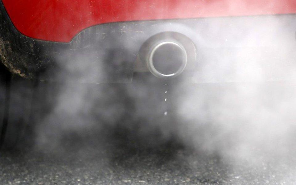 Veículo emitindo fumaça em Londres, no Reino Unido 02/12/2016 REUTERS/Peter Nicholls