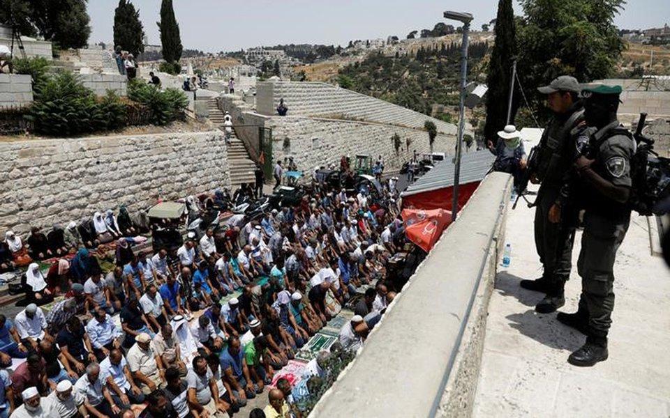 Palestinos rezam na entrada da Cidade Velha de Jerusalém, em protesto contra a instalação de medidas de segurança no complexo da mesquita al-Aqsa 20/07/2017 REUTERS/Ronen Zvulun