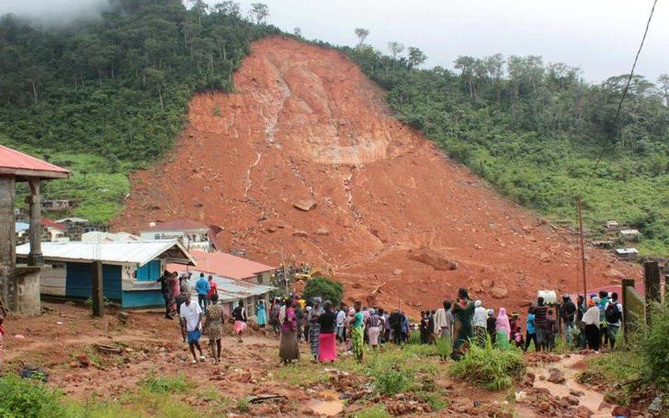 Pessoas inspecionam danos após deslizamento de lama na cidade de Regent, em Serra Leoa 14/08/2017 REUTERS/ Ernest Henry