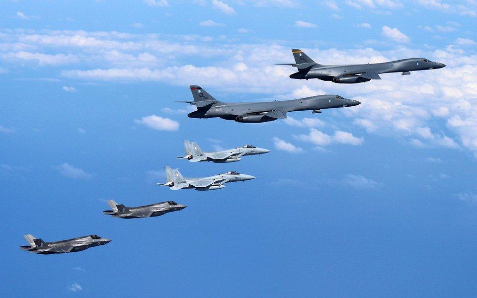 Bombardeiros supersônicos B-1B e caças furtivos F-35B da força aérea dos Estados Unidos acompanhados por aeronaves militares do Japão 31/08/2017 Ministério de Defesa do Japão/Divulgação via REUTERS