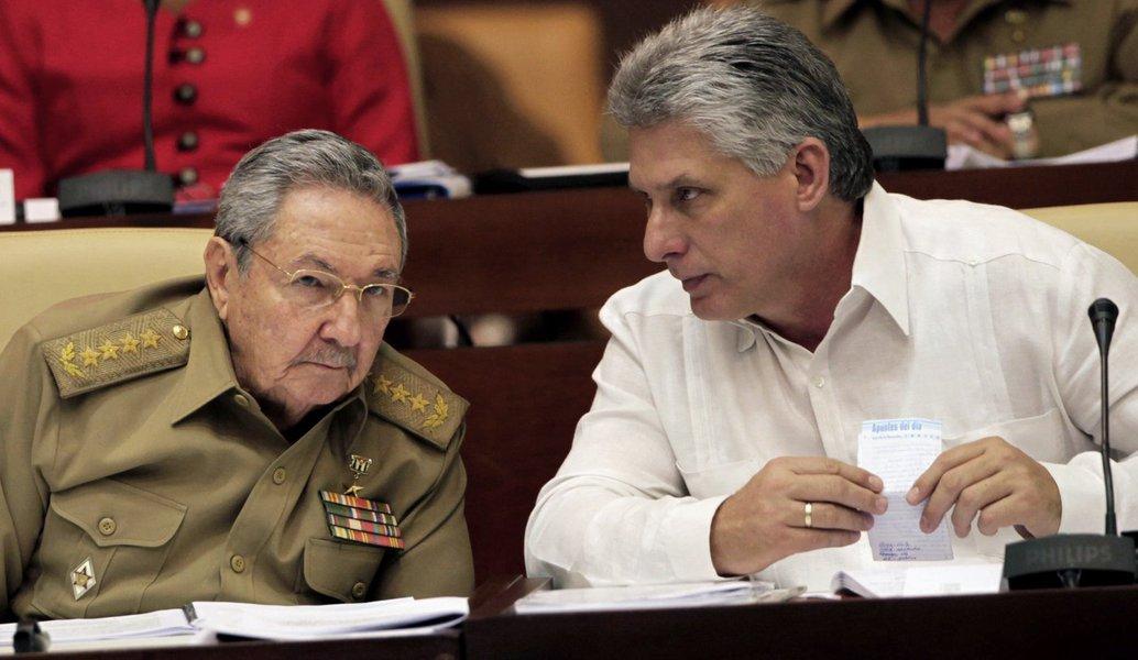Presidente de Cuba, raúl Castro, evice-presidente Miguel Díaz-Canel Cuba, Friday, Dec. 20, 2013. (AP Photo/Cubadebate, Ismael Francisco)