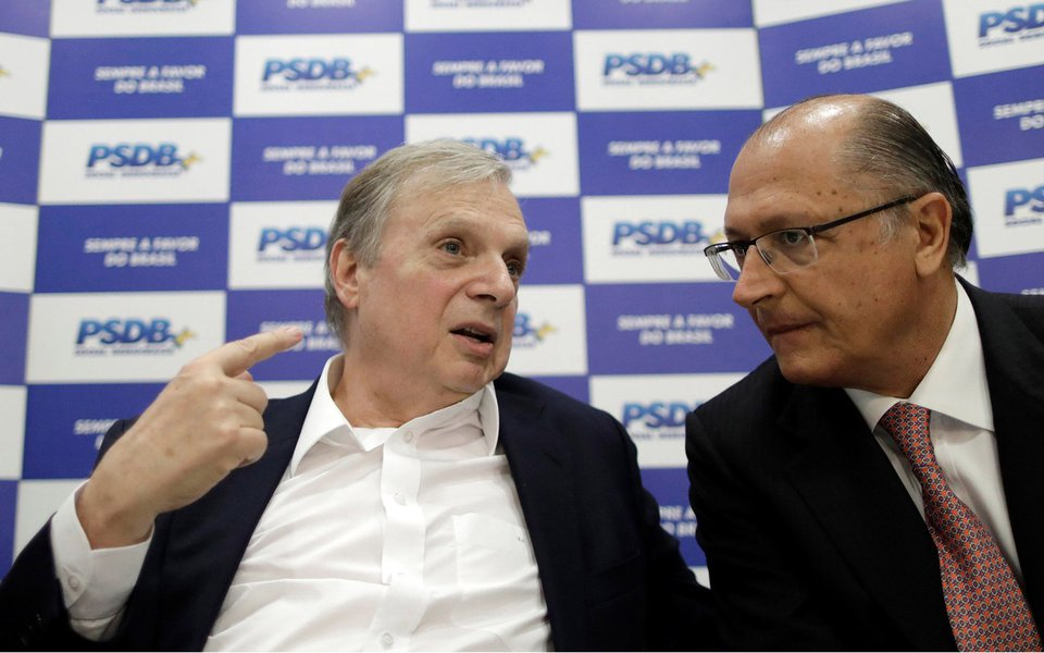 Senator Tasso Jereissati (L) speaks with Governor of Sao Paulo, Geraldo Alckmin during a meeting of the Brazilian Social Democracy Party (PSDB) in Brasilia, Brazil June 12, 2017. REUTERS/Ueslei Marcelino - RTS16S7K