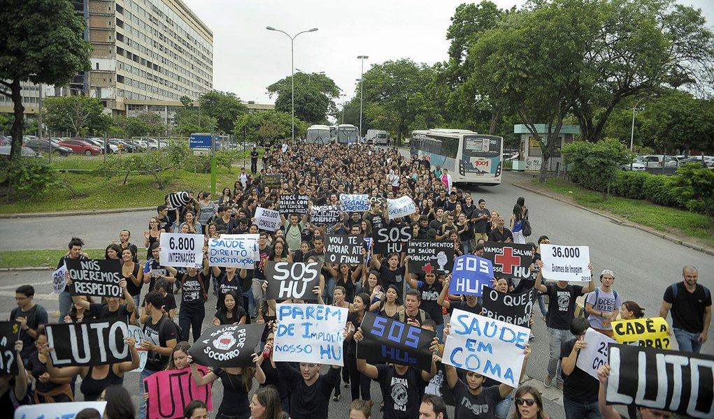 Rio de Janeiro - Protesto em frente ao Hospital Universitário Clementino Fraga Filho, que suspendeu as cirurgias e internações eletivas devido ao atraso de repasses orçamentários e financeiros (Tânia Rêgo/Agência Brasil)