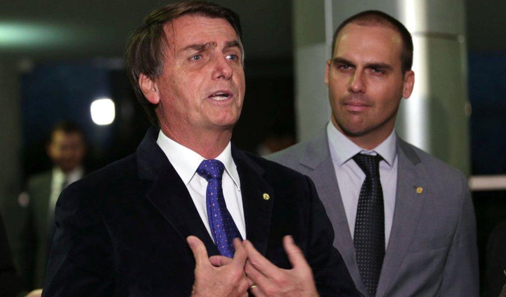 Brasília - Os deputados Jair Bolsonaro e Eduardo Bolsonaro falam com a imprensa (Fábio Rodrigues Pozzebom/Agência Brasil)