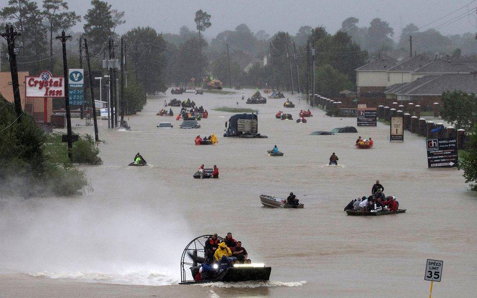 Moradores usam barcos em uma rodovia alagada pela tempestade tropical Harvey em Houston, no Texas REUTERS/Adrees Latif