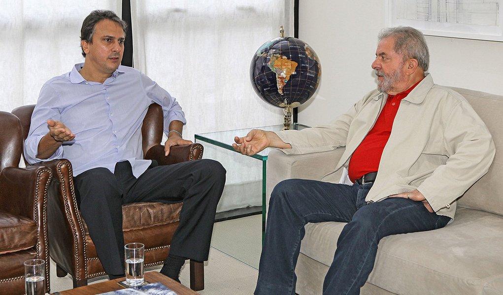 10/11/2014- São Paulo- SP, Brasil- O ex-presidente Lula se encontra com o governador eleito do Ceará, Camilo Santana (PT), no Instituto Lula. Foto: Heinrich Aikawa / Instituto Lula
