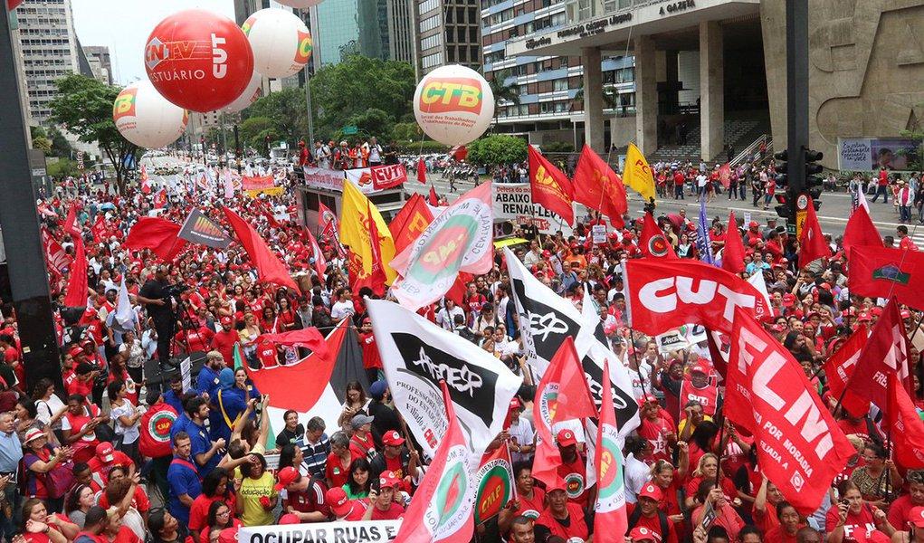 """03/10/2015 - São Paulo - SP - Manifestantes da CUT realizaram um protesto """"em defesa da Petrobras e da democracia"""" na manhã deste sábado (3) na Avenida Paulista. Foto: Roberto Parizotti/ CUT"""
