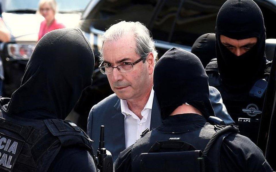 Ex-presidente da Câmara dos Deputados Eduardo Cunha é escoltado por policiais federais em Curitiba 20/10/2016 REUTERS/Rodolfo Buhrer