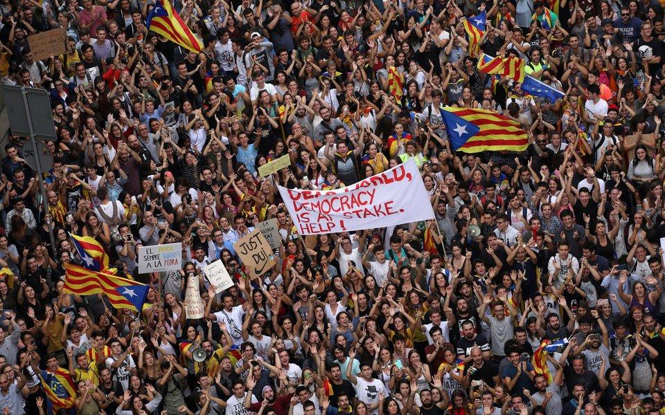 Manifestantes gritam durante protesto do lado de fora da principal delegacia da Polícia Nacional, em Barcelona, Espanha 03/10/2017 REUTERS/Susana Vera