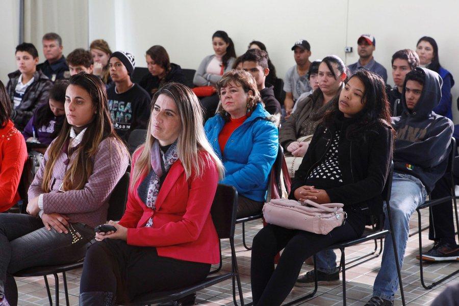 Lançamento do programa Municipal de Orientação profissional e Vocacional ao jovem trabalhador Curitibano, no auditório da Rua da Cidadania Santa Felicidade. Curitiba, 30/04/2014 Foto:Cesar Brustolin/SMCS