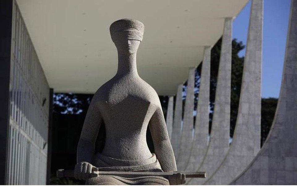 Estátua da Justiça do lado de fora do prédio do Supremo Tribunal Federal em Brasília 07/04/2010 REUTERS/Ricardo Moraes