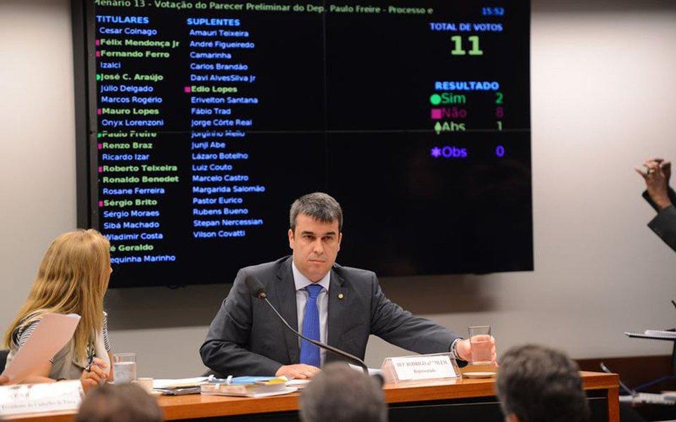 O presidente do Conselho de �tica, Ricardo Izar, coordena sess�o que rejeitou o parecer preliminar do deputado Paulo Freire, relator do processo contra o deputado Rodrigo Bethlem (Fabio Rodrigues Pozzebom/Ag�ncia Brasil)