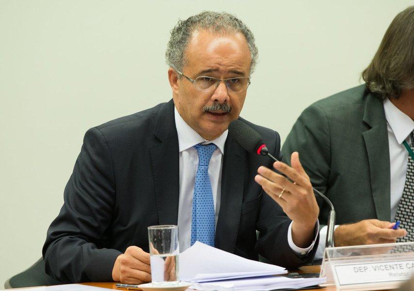 04/04/2017- Brasília- DF, Brasil- Deputado, Vicente Candido lendo seu relatório da reforma política. Foto Lula Marques/AGPT