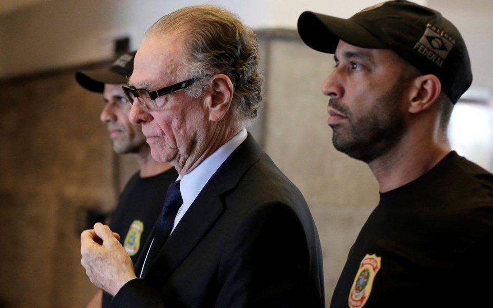 Presidente do Comitê Olímpico do Brasil (COB), Carlos Arthur Nuzman, deixa sede da Polícia Federal, no Rio de Janeiro 05/10/2017 REUTERS/Bruno Kelly
