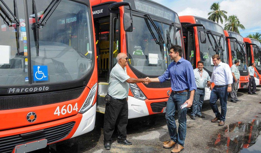 Prefeito Rui Palmeira entrega novos ônibus. Foto:Marco Antônio/Secom Maceió
