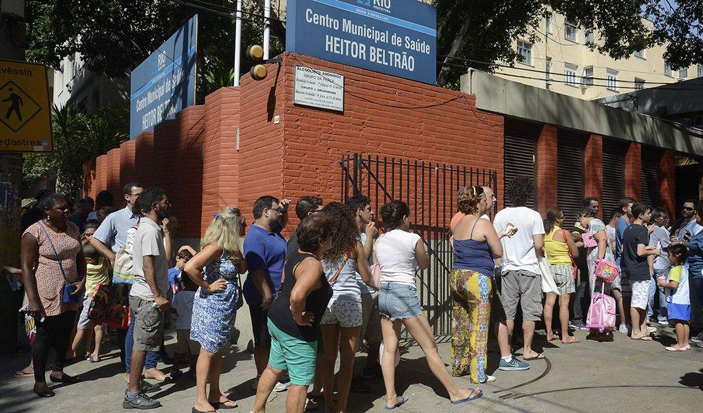 Rio de Janeiro - Postos de saúde do Rio de Janeiro têm longas filas em busca da vacinação contra a febre amarela. (Tomaz Silva/Agência Brasil)