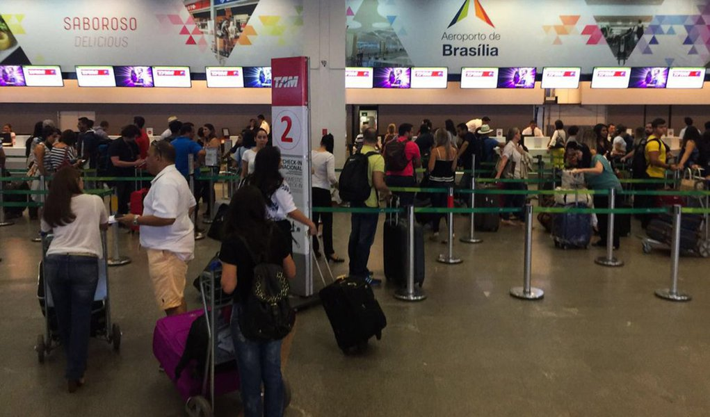 Brasília - Movimento de passageiros no Aeroporto Internacional de Brasília (Juca Varella/Agência Brasil)