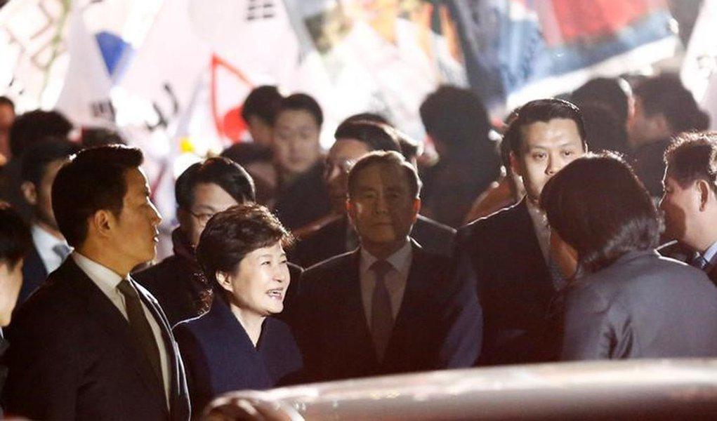 Presidente cassada da Coreia do Sul, Park Geun-hye, ao chegar em sua residência particular em Seul. 12/03/2017 REUTERS/Kim Kyung-Hoon