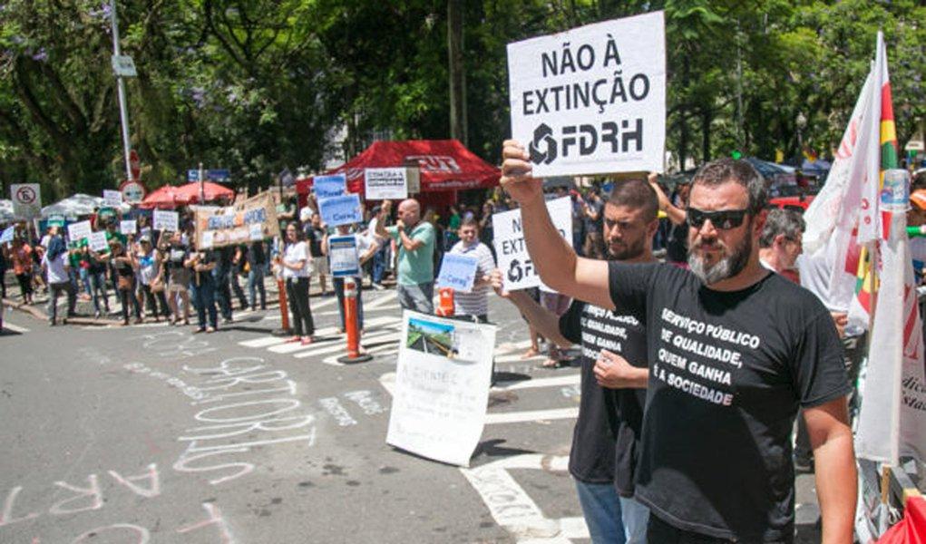 06/12/2016 - PORTO ALEGRE, RS - Manifestação e apitaço dos servidores contra a extinção de fundações pelo gov. Sartori. FZB leva trabalho para a Matriz. Foto: Guilherme Santos/Sul21