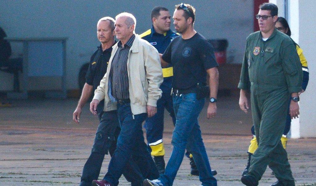Brasília - O ex-ministro do Planejamento Paulo Bernardo, preso preventivamente durante a Operação Custo Brasil, é transferido pela Polícia Federal para São Paulo (José Cruz/Agência Brasil)