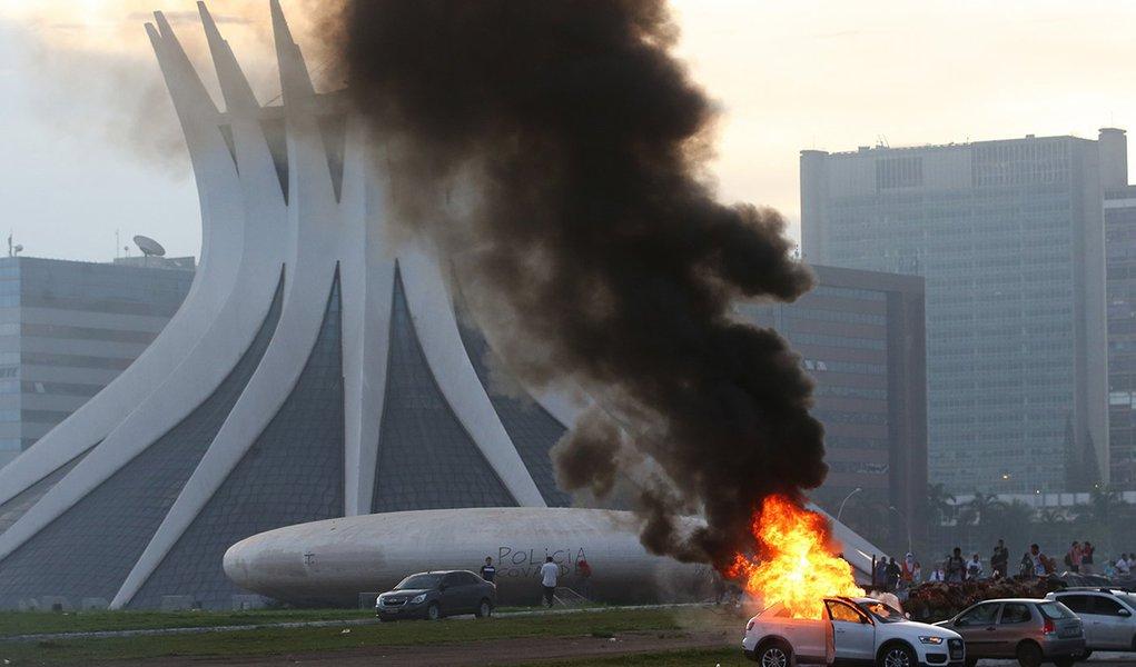 Brasília - Manifestantes colocam fogo em carro durante protesto na Esplanada dos Ministérios (Wilson Dias/Agência Brasil)