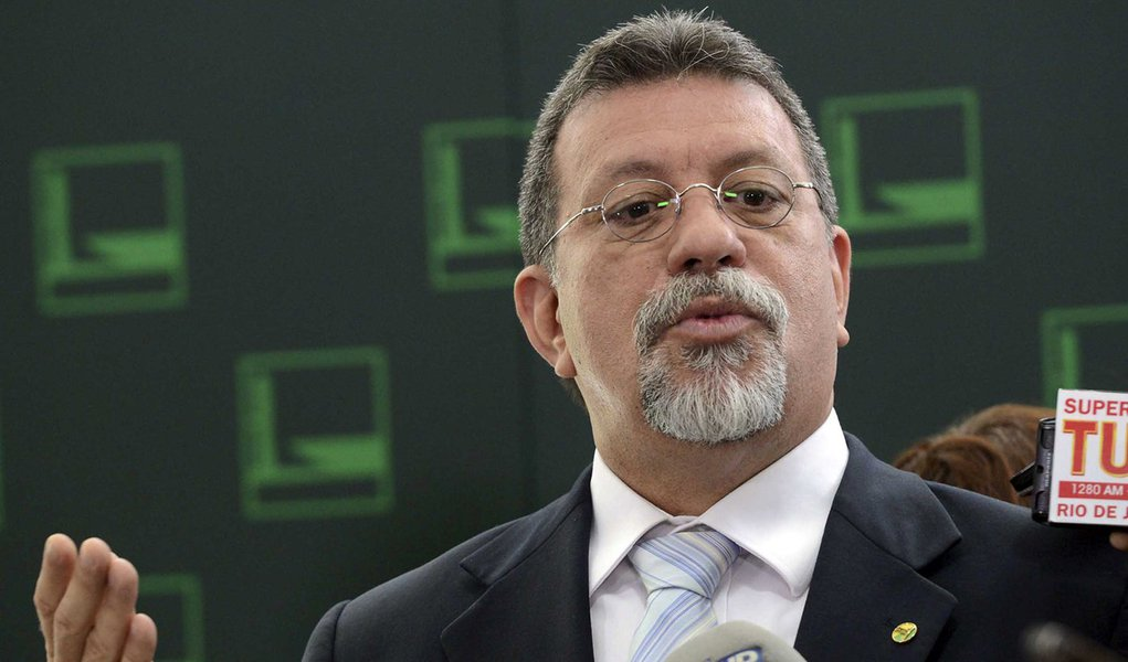 Brasília - Deputado Afonso Florence, líder do PT na Câmara dos Deputados, fala com jornalistas. (Antonio Cruz/Agência Brasil)