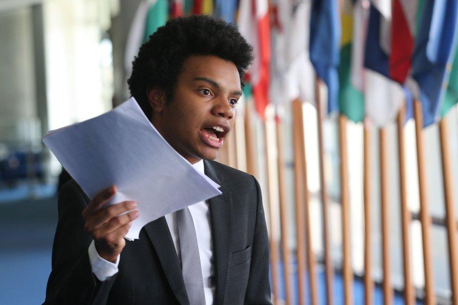 Brasília - O coordenador do Movimento Brasil Livre (MBL), Fernando Holiday, protocola no Senado pedido de impeachment do presidente do STF, Ricardo Lewandowisk (Fabio Rodrigues Pozzebom/Agência Brasil)