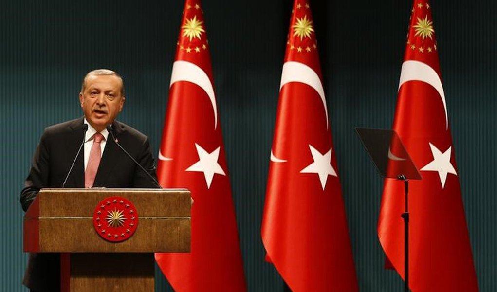 O presidente turco Tayyip Erdogan durante coletiva de imprensa Palácio Presidencial em Ancara, na Turquia após reunião do Conselho Nacional de Segurança e reuniões de gabinete. 20/07/2016 Reuters/Umit Bektas