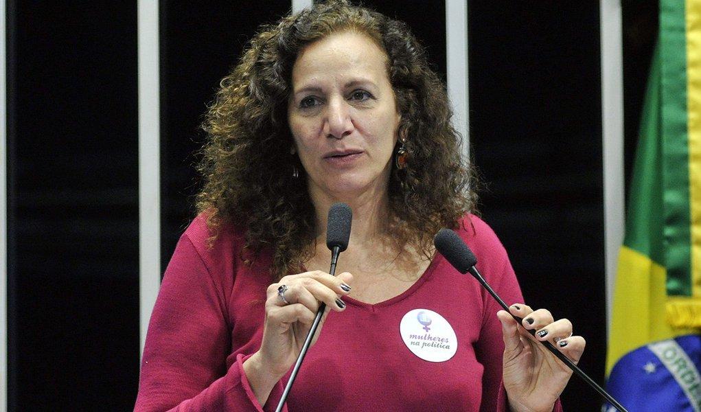 Em discurso, deputada federal Jandira Feghali (PCdoB-RJ).
