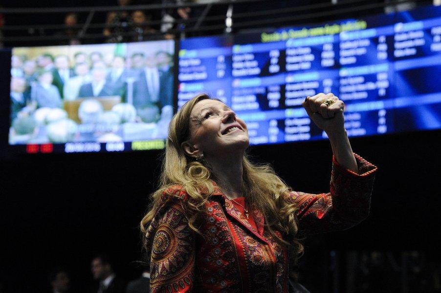 Senadora Vanessa Grazziotin (PCdoB-AM) olando pra cima. Foto: Edilson Rodrigues/Agência Senado