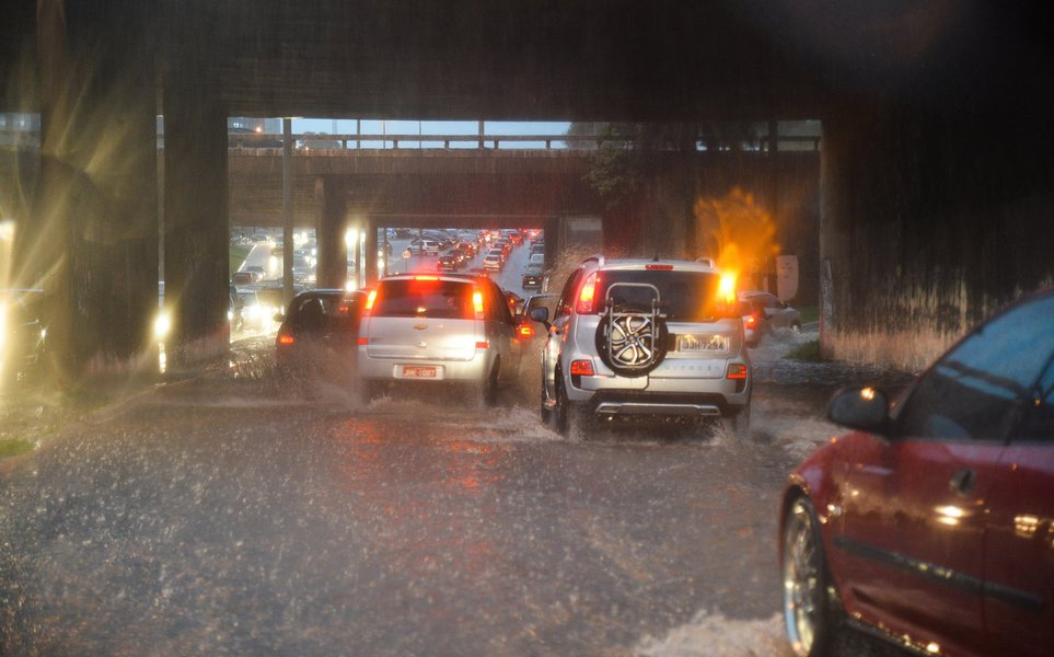 Chuva forte no final da tarde desta terça-feira (25) em Brasília, causou transtornos e complicou o transito nas ruas da cidade (Wilson Dias/Agência Brasil)