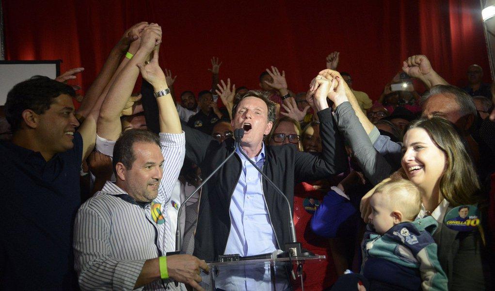 Rio de Janeiro - O senador Marcelo Crivella (PRB) celebra em Bangu ao ser eleito para a prefeitura do Rio de Janeiro com vitória sobre Marcelo Freixo (PSOL), no segundo turno. (Fernando Frazão/Agência Brasil)
