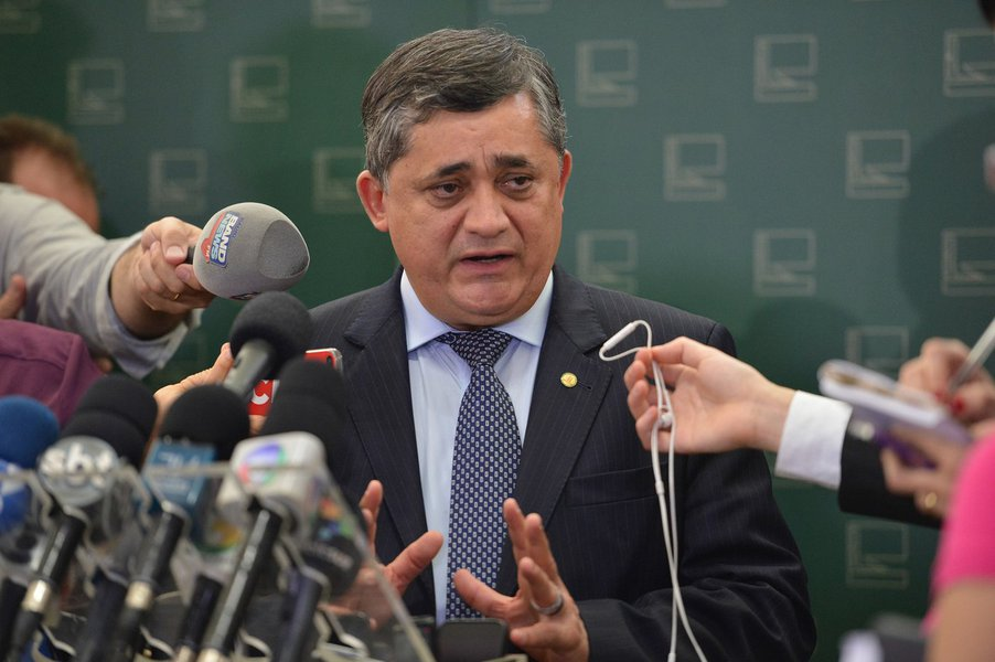 José Guimarães fala à imprensa no Congresso Nacional