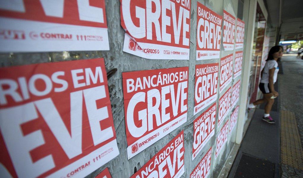 BRAS�LIA, DF, BRASIL, 30-09-2014, 09h30: Banc�rios entram em greve nesta ter�a-feira (30). (Foto: Marcelo Camargo/Ag�ncia Brasil)