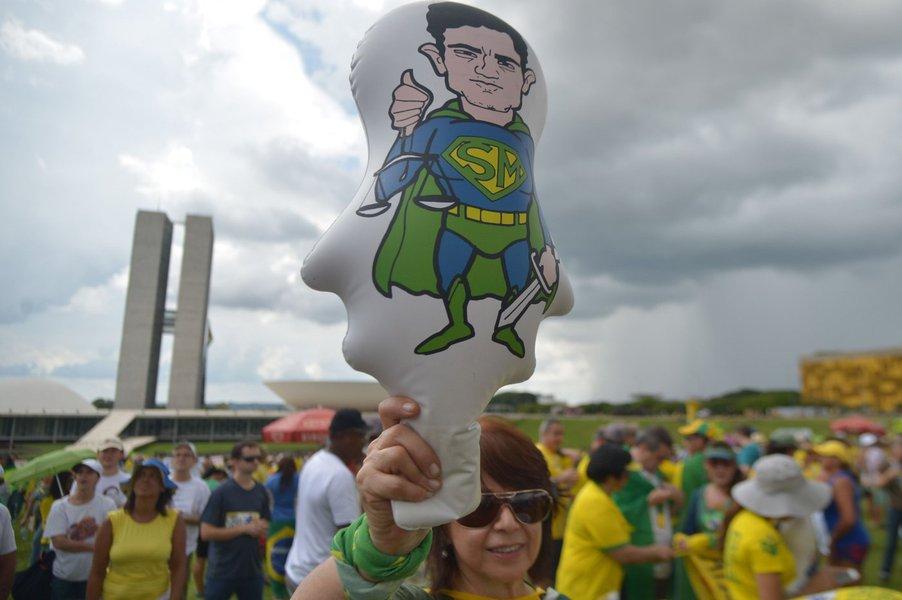 Protesto no domingo, 4.dez.2016, em Brasília, a favor da Lava Jato; boneco de Sergio Moro