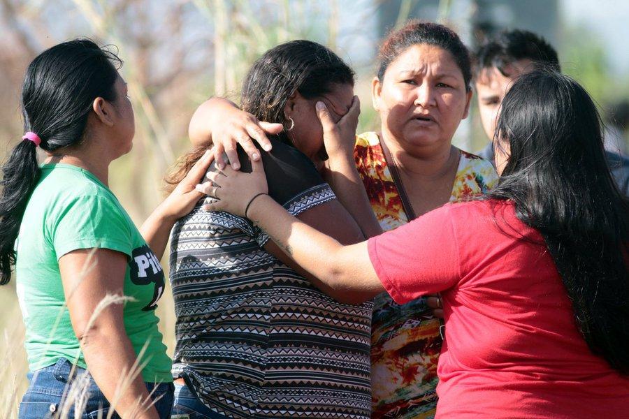 Parentes de presos esperam por notícias em um posto de controle próximo à Penitenciária Agrícola de Monte Cristo, a maior do Estado de Roraima 06/01/2017 REUTERS/JPavani