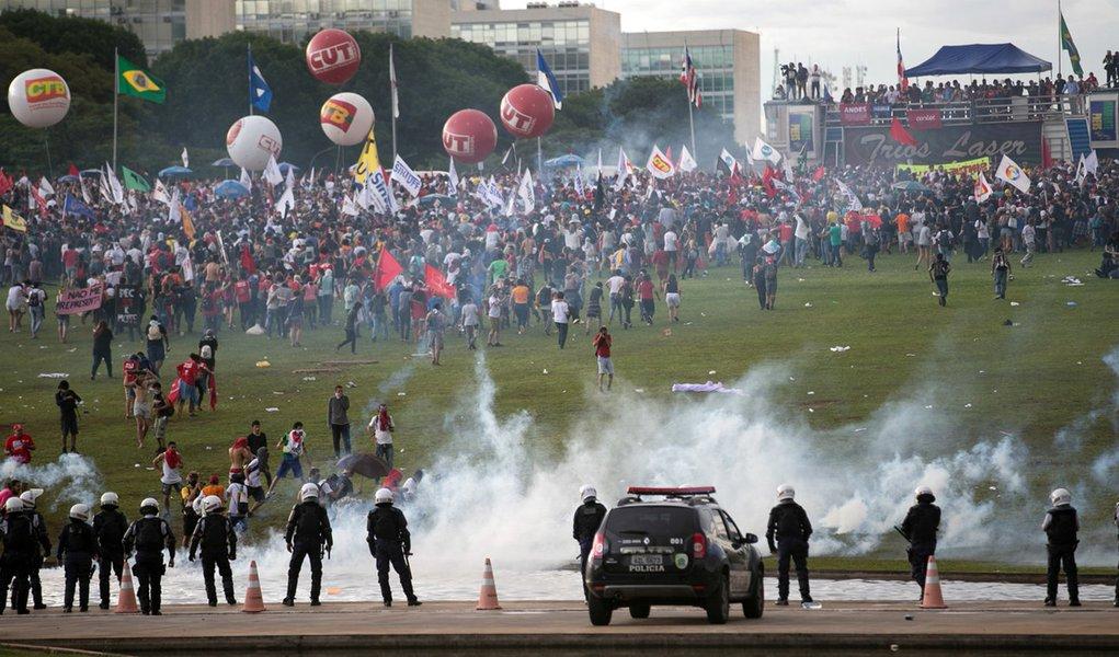 Brasília - Manifestantes entram em confronto com a polícia em frente ao Congresso Nacional (Fabio Rodrigues Pozzebom/Agência Brasil)