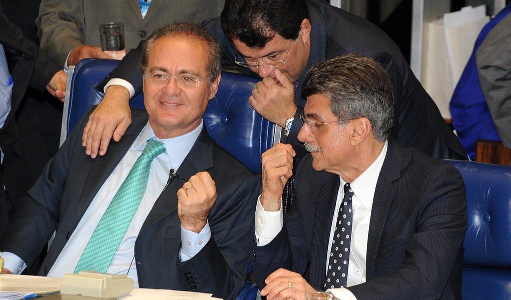 Bras�lia - O presidente do Senado, Renan Calheiros, o l�der do governo no Senado, Eduardo Braga, e o senador Romero Juc�, durante sess�o para analisar a Medida Provis�ria 595, a MP dos Portos
