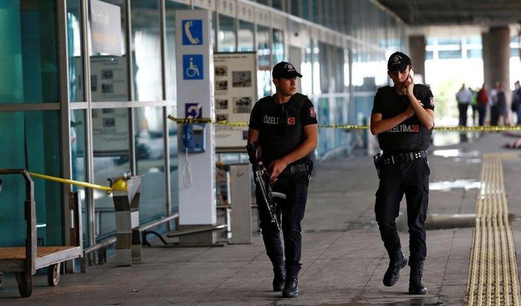 Policiais patrulham principal aeroporto da Turquia, em Istambul. 29/06/2016 REUTERS/Osman Orsal