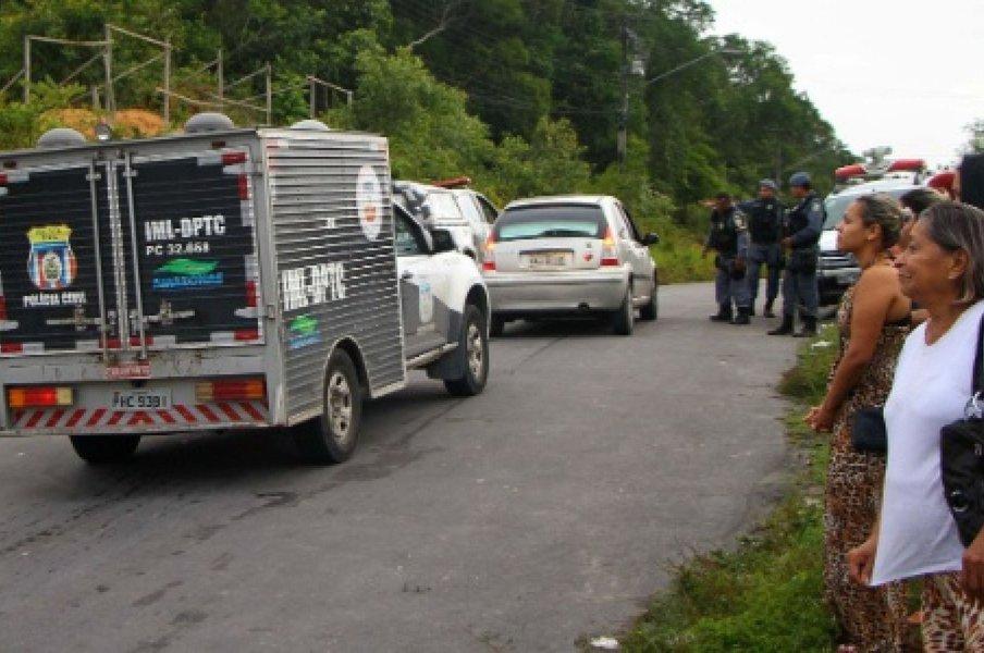 Parentes aguardam informações sobre mortos no Complexo Penitenciário Anísio Jobim (AM)