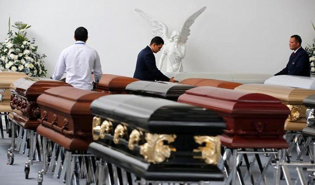 Caixões de vítimas de acidente com avião da Chapecoense são preparados para embarque para o Brasil, em Medellín. 01/12/2016 REUTERS/Jaime Saldarriaga