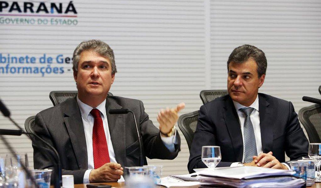 Governador Beto Richa com secretarios Mauro Ricardo Costa (Fazenda) e Eduardo Sciarra (Casa Civil), durante reuni�o com os presidente de entidades que comp�em o G7.Curitiba, 28/05/2015.Foto: Orlando Kissner/ANPr