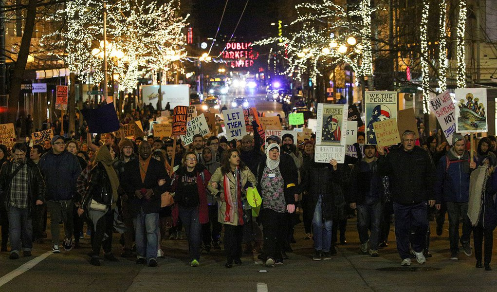 Manifestantes durante protesto em Seattle contra decreto do presidente dos EUA, Donald Trump, sobre imigração. 29/01/2017 REUTERS/David Ryder