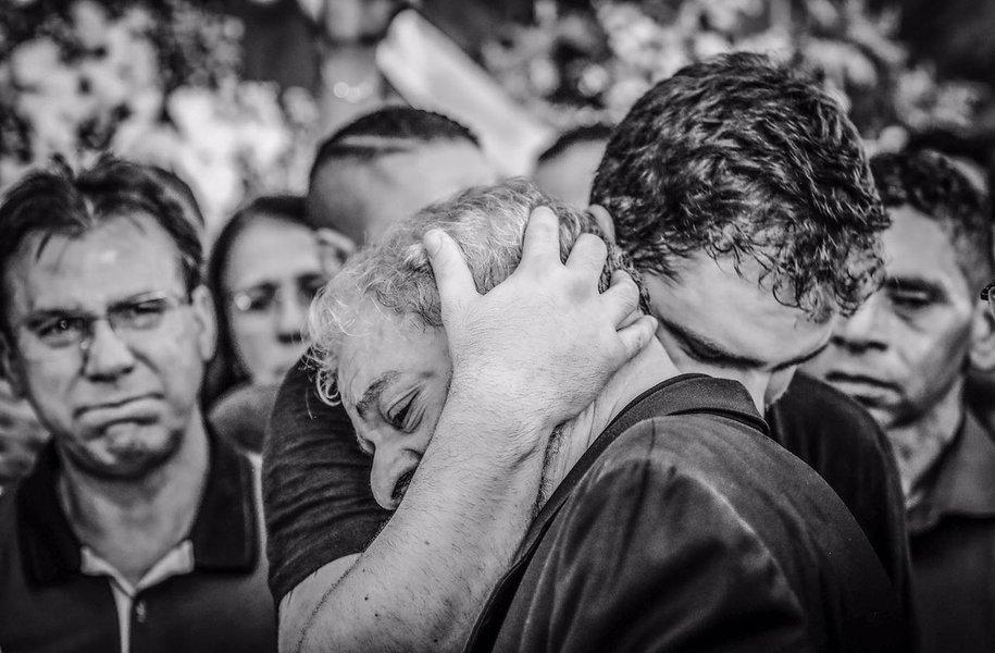 Lula no velório de Dona Marisa